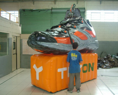 Mascote Inflável 3D Tênis Tryon Laranja